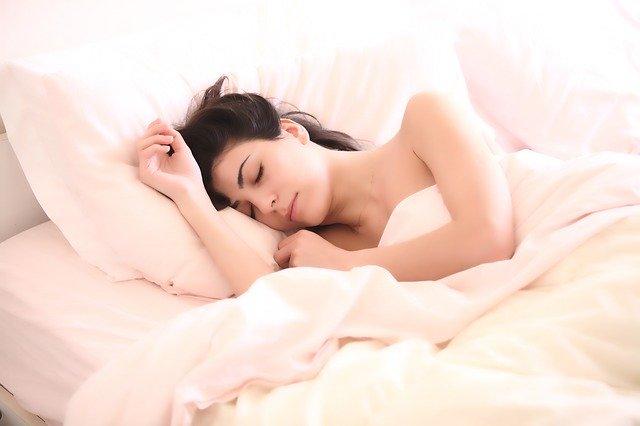 睡眠不足は太る寝ると痩せる
